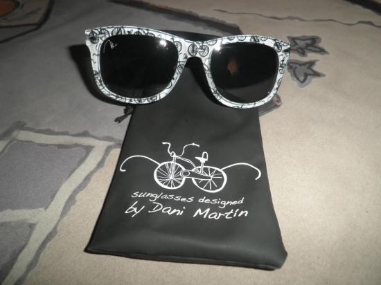 ceb0370f4a Las gafas, que incluyen la firma Dani Martín en una de las lentes y una  funda diseñada también por el cantante, tienen un coste de 20 euros (más  gastos de ...